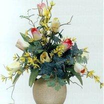 Sztuczne tulipany w wazonie