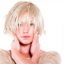 Krótka, blond fryzurka
