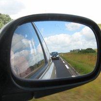 Boczne lusterko w samochodzie