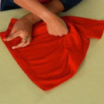 składanie koszulki - krok 3.