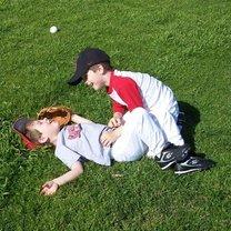 Dzieci bawiące się na trawie