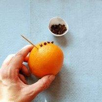 Ozdabianie pomarańczy goździkami 1