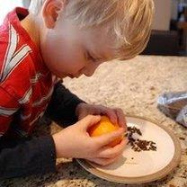 Ozdabianie pomarańczy goździkami 3
