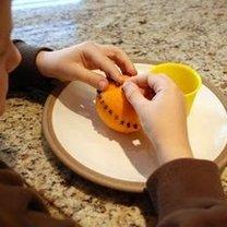 Ozdabianie pomarańczy goździkami 4