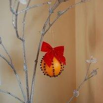 Dekoracja bożonarodzeniowa - pomarańcza z goździkami