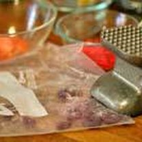 Rozkruszanie cukierków w woreczkach