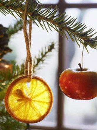 Suszony plasterek pomarańczy na choince