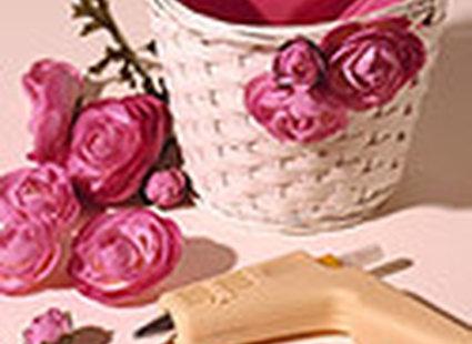ozdabianie koszyczka kwiatami