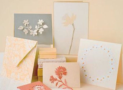 kartki z wyciętymi kwiatami