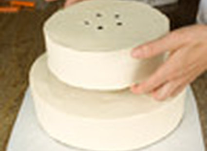 dekorowanie tortu weselnego - krok 4.