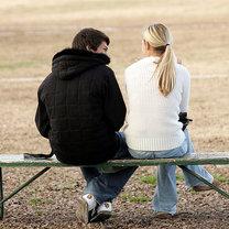 Chłopak rozmawia z dziewczyną