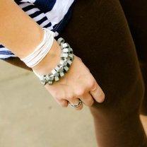 bransoletka z nakrętkami na ręce