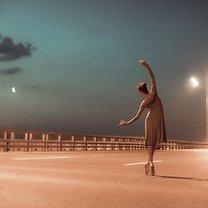 Dziewczyna tańcząca na drodze