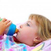 Dziecko pijące z butelki