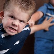 Agresywny chłopiec