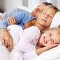 Dziecko śpiące z rodzicami.