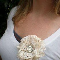 broszka kwiat z koronki