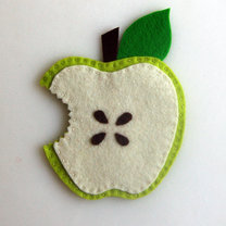 podkładka pod kubek z filcu w kształcie ugryzionego jabłka