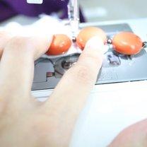 przyszywanie korali na maszynie do bluzki