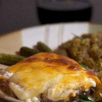 Pieczeń wołowa z serem i cebulą