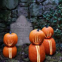 dynie na Halloween - szkielet rąk