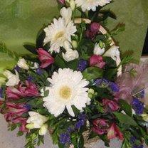 gotowy kosz z kwiatami