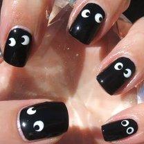 mroczne oczy na paznokciach