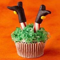 babeczki na Halloween – nogi czarownicy