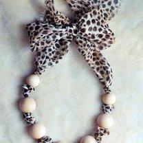 naszyjnik z koralików i materiału