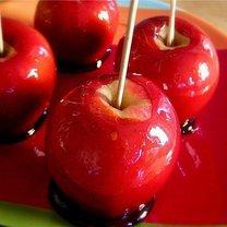 kandyzowane jabłka na patyku