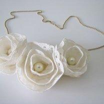 naszyjnik z kwiatkami z koronki
