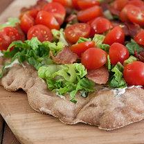 Pizza z boczkiem, sałatą i pomidorami