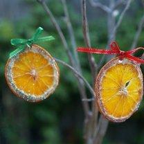 ozdoby choinkowe z suszonych pomarańczy