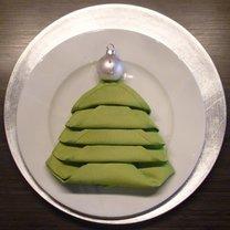 Składanie serwetek na święta - choinki