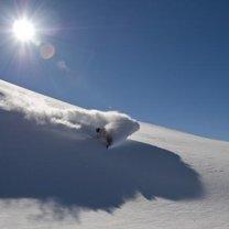Jazda w puchu na snowboardzie