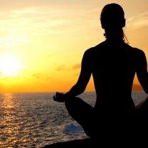 Medytacja przy zachodzie słońca