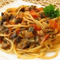 Spaghetti z pieczarkami i pomidorami