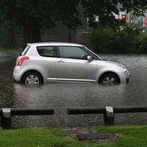 samochód w trakcie powodzi