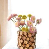 wazon ozdobiony plastrami drewna