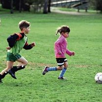 dzieci grające w piłkę