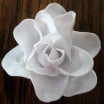 róża z plastikowych łyżeczek