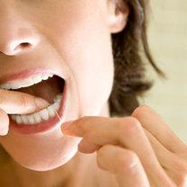 Czyszczenie zębów nicią