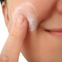 Nakładanie kremu na twarz