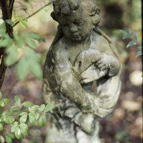 Stara figurka ogrodowa