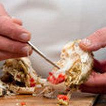 Wyciąganie mięsa z tułowia kraba