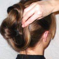 Robienie koka z długich włosów 5