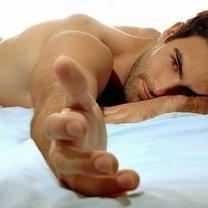 Mężczyzna w łóżku