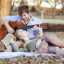 Zakochani pod drzewem