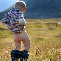 Sikający chłopiec