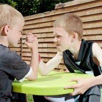 Siłujące się na ręce dzieci